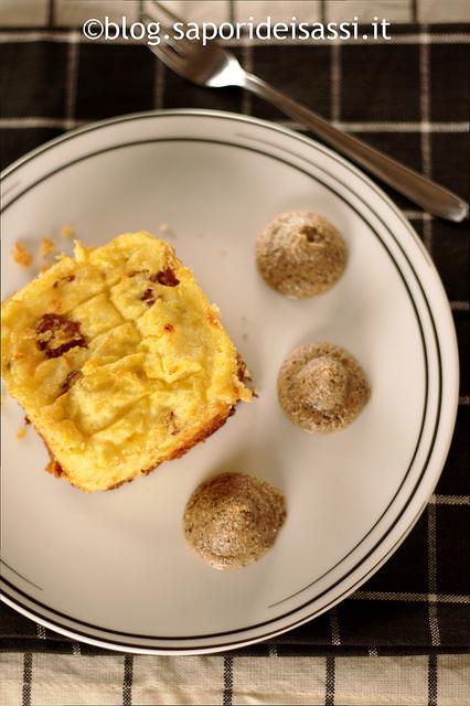 Soufflè di patate e pezzente con mousse di ceci neri