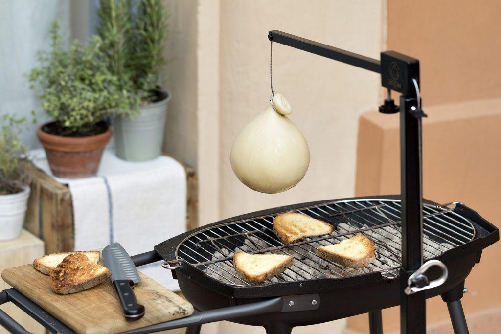 Caciocavallo impiccato sul barbecue e pane di Matera