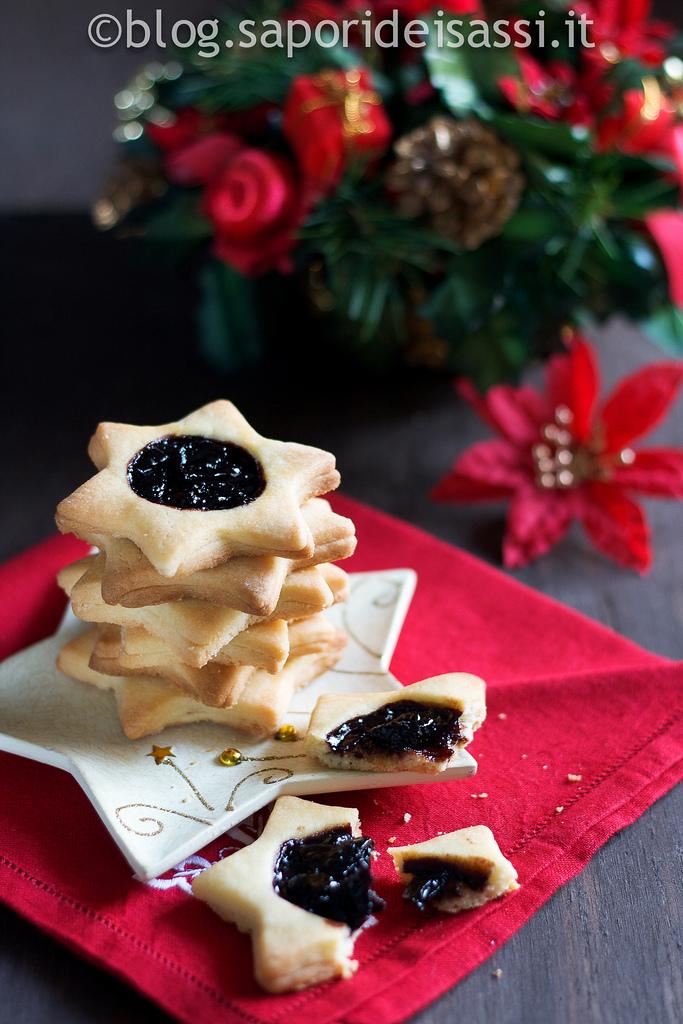 Biscotti di pasta sablée con cuore di confettura di amarene