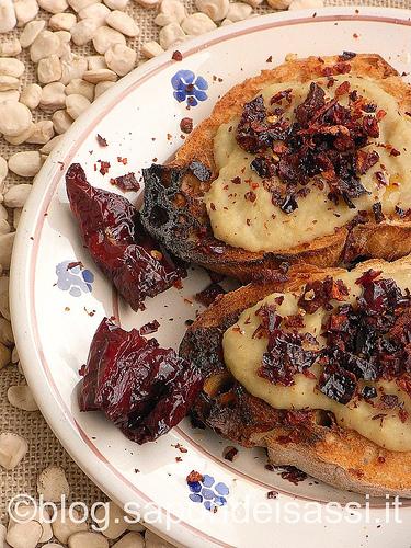 Bruschetta-purea cicerchie e peperoni cruschi