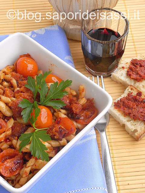 Fileja calabrese con nduja di Spilinga, pane fritto e pomodorini.