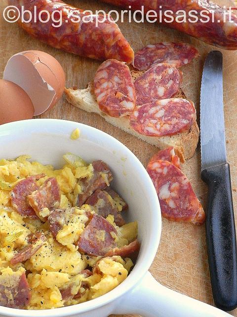 Salsiccia pezzente con uova e cipolla