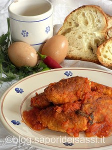Polpette di mollica di pane di Matera e uova al sugo.