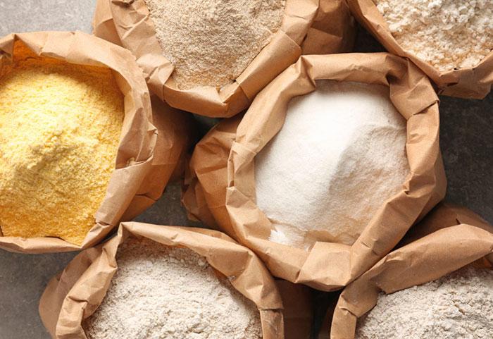 Sacchi con diversi tipi di farine