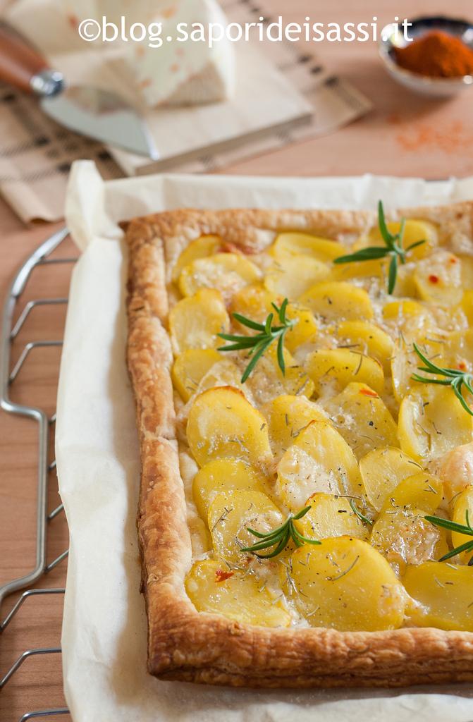 Sfogliata con caprino lucano al peperoncino, patate e rosmarino.