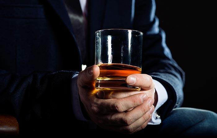 whisky nella mano