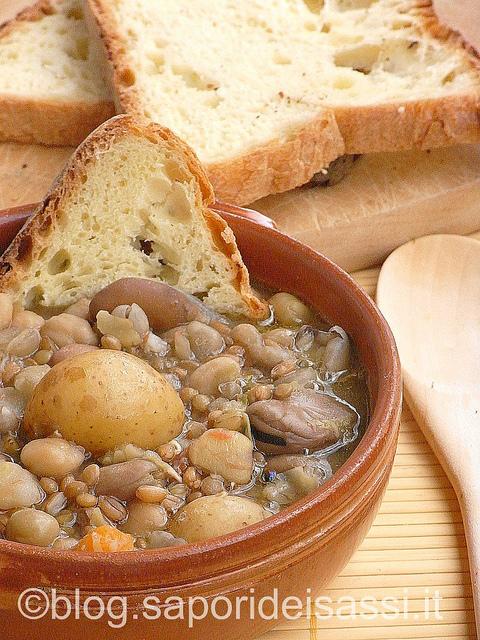 La Crapiata, la zuppa di legumi della tradizione materana.