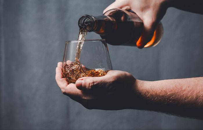 versare whisky