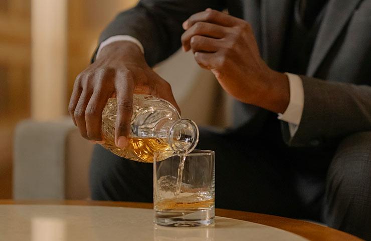 versare whisky fruttato allo sherry